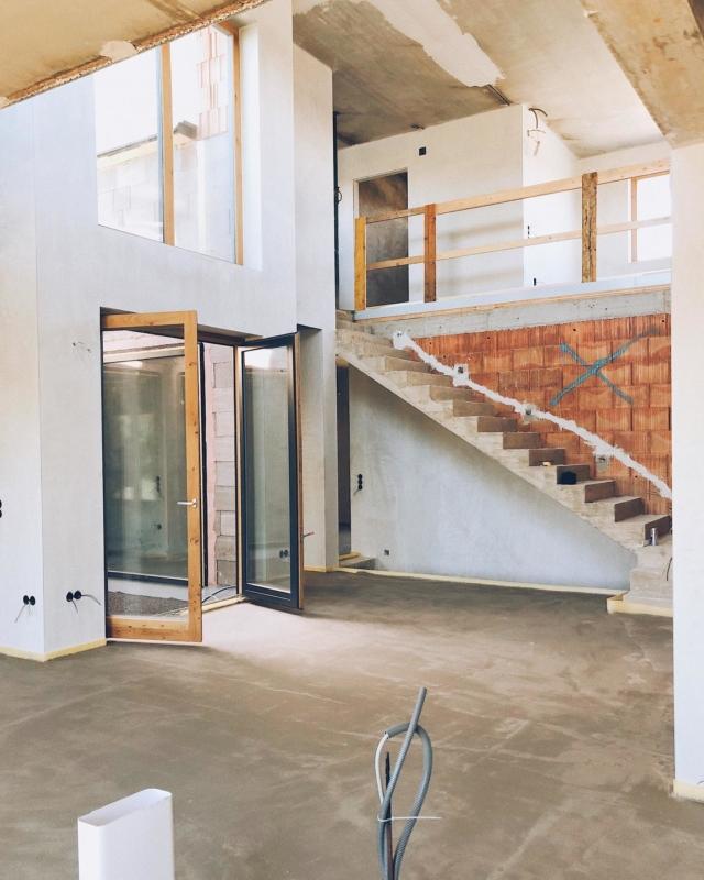 ATRIUM ——— 💛🧡 ich bin so happy über unser Atrium. Das ich mich durchgesetzt habe. Das es jetzt da ist. Den Raum mit Licht durchflutet. Ein unheimlich schönes Raumgefühl vermittelt und allen Besuchern die Sprache verschlägt 😅 da freu ich mich dann immer ein bisschen 🥰 . Eventuell wird nächste Woche auch die Fassade im Atrium gemacht. Mal sehen, zur Not in 14 Tagen und dann erstrahlt es auch in weiß! . So wie die Wand an der Treppe. Der Ziegel ist dann ab nächster Woche auch Geschichte 💫  #hausbau #hausbau2020 #bauherren2020 #häuslebauer #hausbauösterreich #rohbau #eigenheim #massivhaus #homesweethome #wirbauen #bautagebuch #baublog #baustelle #wirbsueneinhaus #atrium #atriumhaus #hausdesign #homelove #architecture #bauherren2020 #newhome #neubau