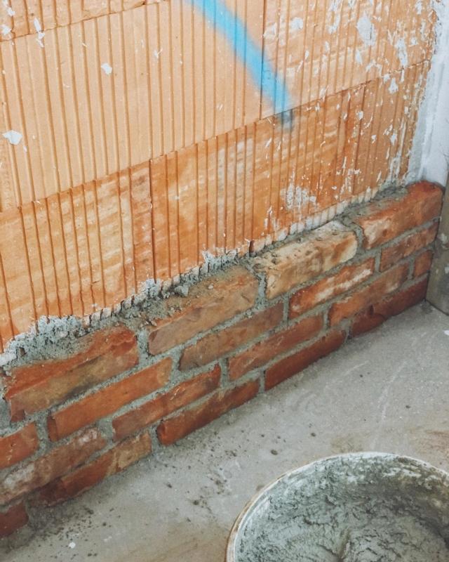 BRICKWALL ——— Eigentlich wollte ich erst wieder ein Foto posten, wenn der erste Raum fertig verfliest ist. Aber da unsere Brickwall so gut bei euch angekommen ist, wollte ich ihr hier ein kleines Quadrat widmen.  . Es hat ganz schön lange gedauert und war auch anstrengend. Zuerst habe ich die alten Ziegeln aus der breiten Masse rausgesucht - schön mussten sie sein - dann wurden sie gebürstet. Philipp hat sie dann halbiert und war von Kopf bis Fuß in rotem Staub gehüllt. Danach hab ich sie nochmal gebürstet und für Papa zum mauern bereit gelegt. . Das Ergebnis kann sich auf jeden Fall sehen lassen, oder? Was meint ihr? In meinen Highlights unter 'brickwall' gibt es auch ein paar Videos mit Detailaufnahmen unserer wunderschönen Garderobennische ♥️🥰 .  #hausbau #hausbau2020 #bauherren2020 #häuslebauer #hausbauösterreich #rohbau #eigenheim #massivhaus #homesweethome #wirbauen #bautagebuch #baublog #baustelle #wirbsueneinhaus #atrium #atriumhaus #hausdesign #homelove #architecture #bauherren2020 #newhome #neubau
