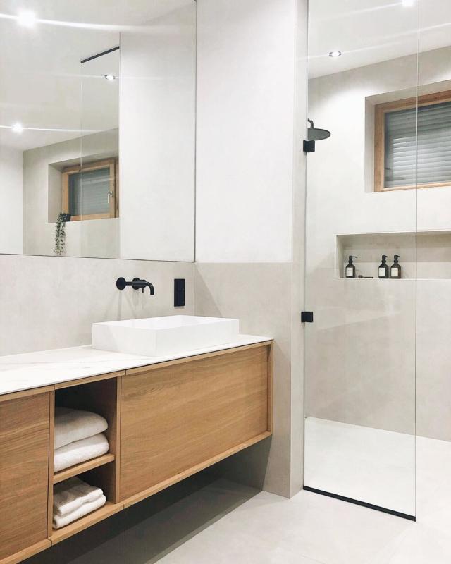 Noch ein kleiner Einblick in unser geliebtes Badezimmer 🥰 in dem wir uns trotz vieler kleiner Baustellen super wohl fühlen. War bei eurem Einzug ins Haus schon alles komplett fertig? 😬🙈 . #bathroominspiration #masterbad #vallone #traumhaus #newhome #baublog #bathroomgoals #neubau #hausbaublog #instahome #solebich #cleandesign