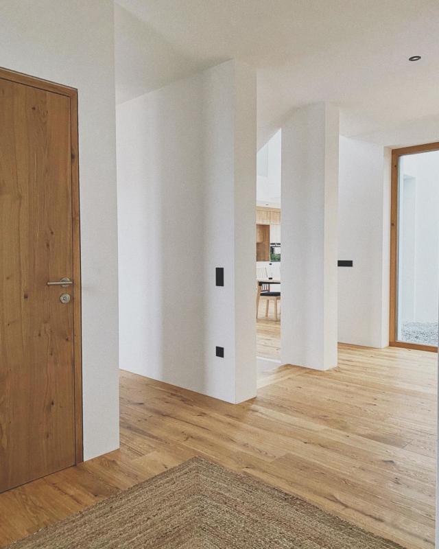 Unseren Eingangsbereich haben wir bewusst sehr offen, hell und großzügig gestaltet. 🥰 Deshalb haben wir zum Büro hin keine Tür (Das stört uns auch überhaupt nicht). Danach folgt der Kellerabgang und danach der Durchgang zum offenen Wohnbereich. Hier müsst ihr euch noch das Glas als Absturzsicherung dazudenken 😅 . #solebich #neubau #hausbau2021 #whiteliving #interiorinspo