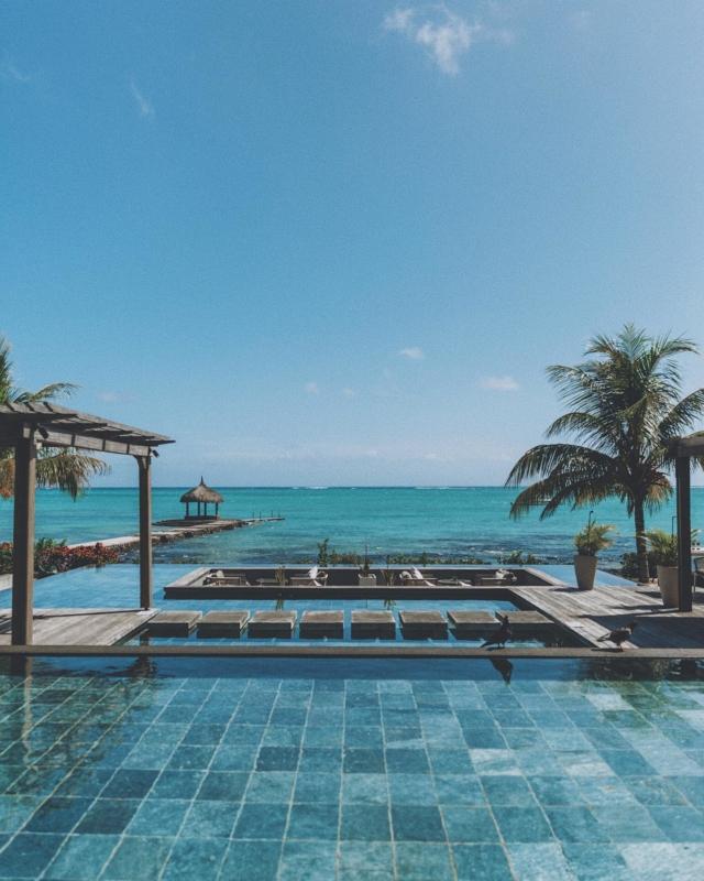 This right here is my idea of heaven. 🏝 #islandlife 🏝ich bin einfach zu 100% Team Sommer und bekomme schon beim Anblick von den vielen Schneelandschaften in meinem Feed kalte Füße 😅🥶 wartet ihr auch schon sehnsüchtig auf den Sommer? 🔆🔆 #sommerkind #mauritiusisland #travelpic #poolsofinstagram #mauritiusexplored #reisefotografie