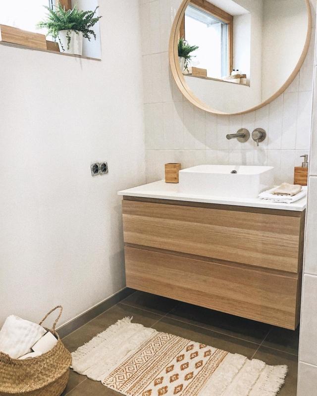 Halb fertig können wir 🙋🏼♀️🙋🏼♀️ wobei das Wort halb hier übertrieben ist. In unserem Gästebad fehlt eigentlich nur noch die Duschtür. Die Wand unterm Fenster wollen wir nochmal streichen und ein paar Flecken bzw. Kratzer ausbessern, deshalb sind hier auch keine Abdeckplatten auf den Steckdosen. ☺️ Philipps Eltern fanden das Gästebad aber sehr schön und haben sich auf Anhieb wohl gefühlt. 🥰 Wie findet ihr es bis jetzt? . #gästebad #gästebadezimmer #gästebadinspiration #guestbathroom #bathroominspo #solebich #neubau #hausbau2021 #wirbaueneinhaus #bathroominterior