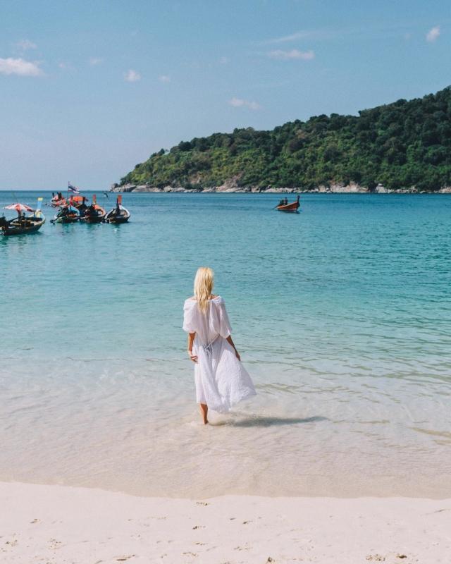 my ideal monday morning ☕️🥐🔆🏝👙 #justmissing #stillathome . Mal sehen wann und wie wir wieder Reisen können und dürfen. 🛫 Auf meinem Blog hab ich dazu gestern einen Artikel veröffentlicht. In der Story findet ihr noch den Swipe-Up Link falls ihr vorbeischauen wollt. 🥥👋🏻 . Ich wünsch euch einen angenehmen Start in die neue Woche und happy Monday ihr Lieben 🖥☕️🗄 .  #kohrachayai #thailandtrip #reisen #holiday#vacation#urlaub#beachlife#islandlife#reiselust#urlaubsreif#phuketthailand#thailand#phuket #stayinspired#luxurydestination#beautifuldestinations
