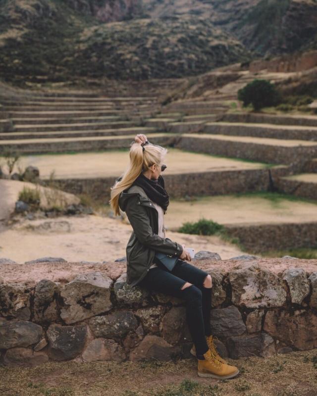 Ein Fun Fact zu diesem Foto von meiner Peru Rundreise: am Abend vor Besichtigung der Ruinenlandschaft in #tipon waren wir in #cusco Feiern und haben (oder ich habe 😂) zu viele #piscosour getrunken 🥴 es war ein super lustiger Abend aber ohgott hatte ich einen Hangover! . Tipón liegt nebenbei auf rund 3450 Metern Höhe 😂 und ist somit um einiges höher gelegen als der #machupicchu 🙈 Könnt ihr euch vorstellen wie es mir ergangen ist, als wir die Terrassen (sieht man im Hintergrund schön) bestiegen haben?! Es war furchtbar 😂 keine Luft und noch halb einen Sitzen war keine gute Kombi! 🙈 aber es ist ne lustige Geschichte und der Tag wird mir immer in Erinnerung bleiben. . #peru #perutravel #peruadventure #cuscoperu #igerscusco #tiponcusco #inkatrail #inkartwork #macchupicchu #machupicchuperu #perurundreise #südamerikareisen #südamerika #inkaruins
