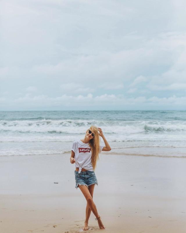 HAPPY WEEKEND 🌺🌴🔆 leider nicht vom Strand sondern von der Couch 🙋🏼♀️ #goodoldmemories . #thailandtrip #triptothailand #thailandinstagram #thailandonly #strandurlaub #phuketbeach #levisvintageclothing #strandurlaub #asienreise #asiatravel #urlaubinthailand #thailandurlaub #blondehaare #strandoutfit #vintageshorts #vintagejeanshorts #reiseblogger_at #reisebloggerin #beachphuket #phuketholiday #phuketstagram #travel #traveling