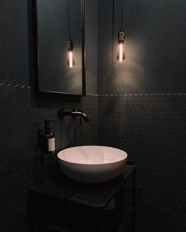 Der Ausblick von, naja.. ihr wisst schon von wo 🚽😂 #fromwhereisit #justkidding . #guestbathroom #darkroom #wc #gästebad #gästewc #gästetoilette #modernliving #architektur #pitchblack #interiorblogger #interiordesign #interiorinspo #architecture #bauherren #instahome #solebich #schönerwohnen #baublog #hausbau2020 #newhome #instahome #houseno22