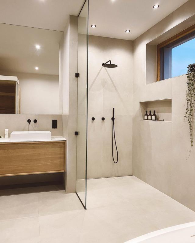 happy weekend 🦞 . #badezimmer #bathroominspiration #masterbathroom #walkindusche #minimalism #cleanliving #baddesign #modernliving #architektur #bathroomgoals #masterbad #badezimmerinspo #interiorblogger #interiordesign #interiorinspo #bauherren #instahome #solebich #schönerwohnen #baublog #newhome #houseno22