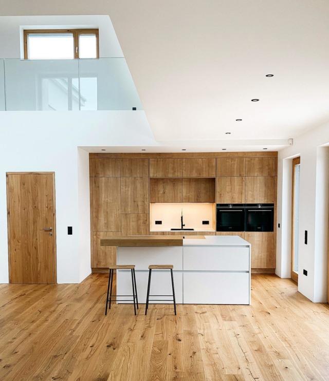 Ich mach es kurz: Habt einen wunderschönen Abend und startet morgen gut in die neue Woche! 🌻#sundaymood . #küchendesign #kitcheninspo #elegantkitchen #kitchendesign #siemensstudioline #küchentraum #kitchentrends #oak #nordicliving #holzboden #holzbodeninderküche #instahome #solebich #schönerwohnen #architecture #modernliving #architektur #interiorblogger #interiordesign #interiorinspo #bauherren #baublog #newhome #houseno22