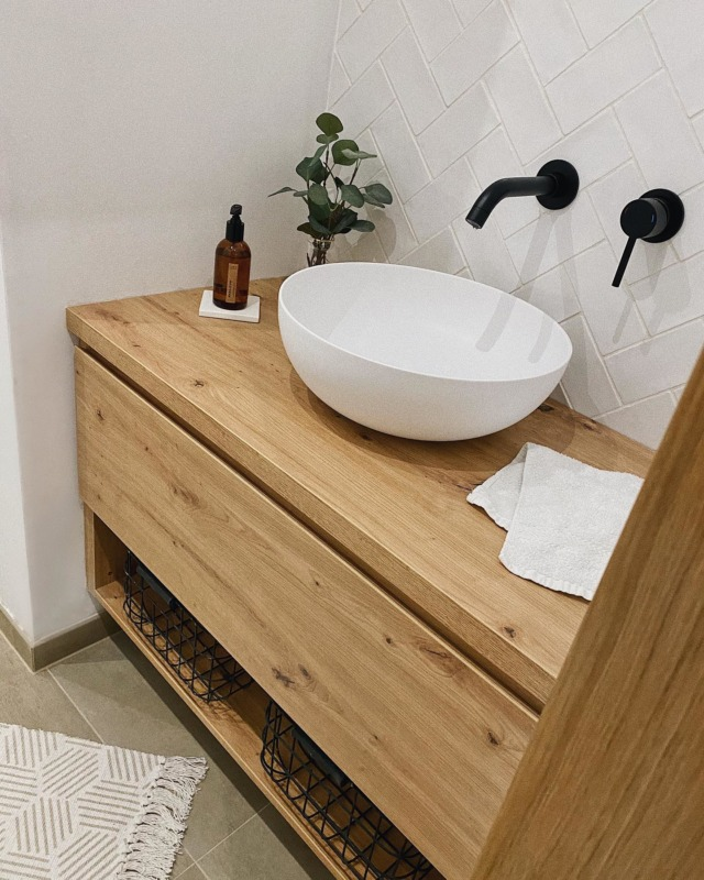 Unsere Nische im privaten WC. Besser bekomm ich sie leider nicht aufs Bild. Gefällt euch der Waschtisch? Auch hier haben wir uns für eine Maßanfertigung vom Tischler entschieden & ich bin super zufrieden!  Deko ist nur mal schnell fürs Foto platziert 😂 an der muss ich noch arbeiten. Spiegel fehlt übrigens auch noch. Die erste Wahl war leider zu groß uns musste zurück. Aber ich werd' schon noch was passendes finden. ♥️ Schönen Abend ihr Lieben 👋🏻 . #cleanliving #modernliving #bad #badezimmer #bathroom #waschtisch #aufsatzwaschbecken #vallone #badezimmerdesign #bathroomdesign #wc #hausbaublog #architektur #interiorblogger #waschbecken #toiletdesign #toilette #interiordesign #interiorinspo #bathroomdecor #bauherren #instahome #solebich #schönerwohnen #baublog #newhome #unsertraumvomhaus #houseno22